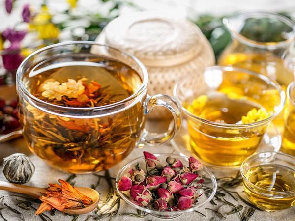 Uống trà thảo dược tự nhiên